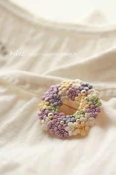 Pin on 編み物 Crochet Brooch, Crochet Buttons, Crochet Art, Crochet Motif, Crochet Crafts, Crochet Projects, Crochet Flower Tutorial, Crochet Flower Patterns, Crochet Flowers