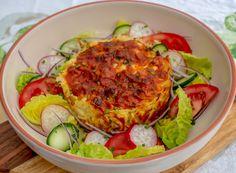 Ketoroonilaatikko Tarvitset: 500g sika-nauta jauhelihaa (23%) 1 kukkakaali 1 sipuli 2 valkosipulin kynttä 4dl ranskankermaa (28%) 3 kananmunaa juustoraastetta koskenlaskijaa suolaa ja pippuria  Valmistus: 1. Ruskista jauheliha, pilko sipuli ja valkosipuli, lisää joukkoon. välillä sekoitellen kunnes on kypsää. Mausta hyvin suolalla ja pippurilla. 2. Pilko kukkakaali noin mansikan kokoisiksi paloiksi, sekoita jauheliha ja kukkis … Tzatziki, Salmon Burgers, Delish, Low Carb, Ethnic Recipes, Food, Drink, Red Peppers, Beverage