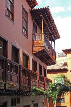 Típico balcón rn la calle Punto Fijo de Puerto de La Cruz. Tenerife. Islas Canarias. Spain.  [By Valentín Enrique].