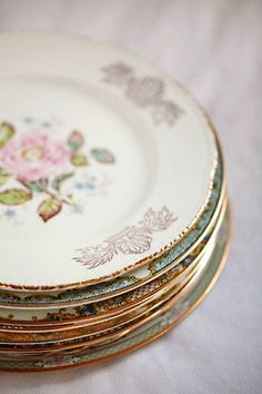 I can't wait to have my own home and collect different vintage things like that. LOVE old dinnerware Vintage Plates, Vintage Dishes, Shabby Vintage, Vintage China, Vintage Tea, Vintage Love, Shabby Chic, Vintage Tableware, Antique Plates