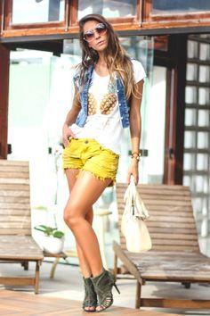 look-com-shorts-amarelo-e-colete-jeans