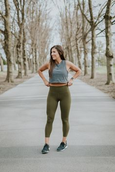 Fitness Outfits : Illustration Description Gray crop top + olive green leggings -Read More – Sport Fashion, Look Fashion, Dance Outfits, Sport Outfits, Grey Crop Top, Crop Tops, Jogging, Weekly Workout Routines, Sport Videos