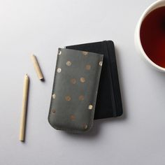 phone 6 leather sleeve in charcoal with gold dots - RARAMODO - Etui na telefon Iphone 6, Triangles, Motif Simple, Gold Dots, Sister Gifts, Natural Leather, Leather Case, Gray Color, Colour