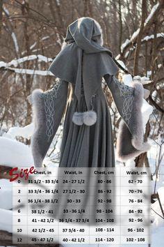 Verschieben von mehr oder weniger historisch orientierten Kostüme in selbst entworfenen exklusive Gewänder kamen wir schließlich nach etwas, das als unglaubliche Mischung aus mittelalterlichen kostümieren und Modedesign beschrieben werden kann.  Dieser Mantel besteht aus sehr hochwertigen grau Melange wolle. Es ist schwer, aber mehr dann 10 Werften wolle benötigt für diesen Mantel wegen seiner weiten Ärmeln und außergewöhnliche weiten Rock zu erkennen.  Es ist Schnürung auf der Rückseite zu…