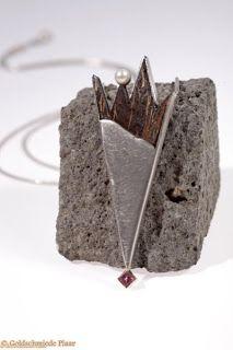 Dieser Kettenanhänger mit Kokosnuss, Perle und Turmalin in Silber gearbeitet. Die Verarbeitung von Kokosnuss zu edlem Schmuck ist eine Leidenschaft von mir.