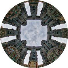 На высоком холме над Тбилисским морем возвышается этот памятник-грузинским царям и литераторам. Три ряда бронзовых колонн высотой по 35 метров (всего 16), на которых барельефы грузинских царей и поэтов в 64 композициях. Если смотреть сверху, с самолета- получается гигантский крест.