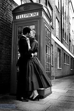 Romantic London ~ Vintage kissing in front of a telephone box. ️LO
