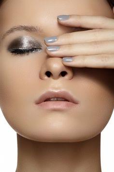 Smokey eye inverno 2014 Nell'inverno 2014 una delle tendenze più in voga è quella degli smokey eyes dal finish metallizzato, bellissimo in questo caso nei toni dell'argento.