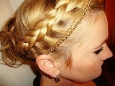 Love the way the braid is used along side the gold hair band.