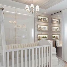 """878 Likes, 5 Comments - O Quartinho do Bebê por Bianca (@oquartinhodobebe) on Instagram: """"Lindo esse quartinho em tons bem suaves, quase totalmente branco. Transmite um ar de frescor e…"""""""
