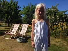 Thale i jumsuit i hvit chenille med små prikker i. DIY, jumpsuit, frotte, stretch, buksedress