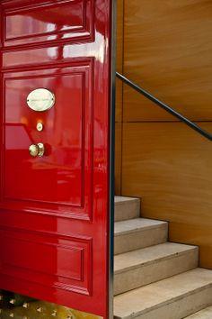 la porta rossa e le scale che portano al ristorante gourmet sul piano rialzato