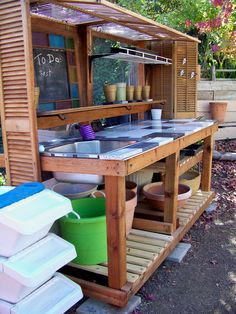 DIY Pallet Garden Design Ideas Genius and Low Budget Pallet Garden Bench for Your Beautiful Outdoor Space Wow now that's a really nice potting bench! The post DIY Pallet Garden Design Ideas appeared first on Pallet Ideas. Potting Bench Plans, Potting Tables, Potting Sheds, Potting Bench With Sink, Outdoor Sinks, Outdoor Tables, Outdoor Spaces, Outdoor Dining, Diy Pallet Projects