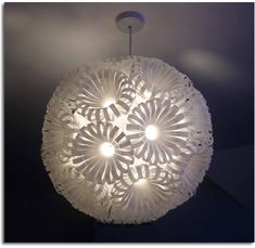 lamp shade made with recycled plastic bottles Reuse Plastic Bottles, Plastic Bottle Crafts, Recycled Bottles, Plastic Waste, Plastic Cups, Diy Luminaire, Bottle Chandelier, Origami Lamp, Bottle Lights