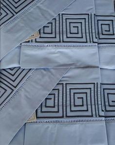 Jogo de cama solteiro  250 fios , bordado labirinto, na cor azul.