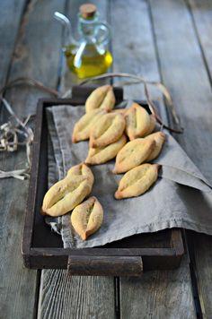 Un petit dessert typiquement provençal! Il s'agit de petits biscuits parfumés à la fleur d'oranger en forme de barque. Cette pâtisserie se prépare traditionnellement avec de l'huile d'olive. Des variantes existent comme la recette ci-dessous avec les graines d'anis.   Ingrédients   -