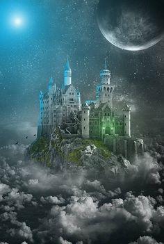 Castillo en las Nubes bajo la Luna Creciente