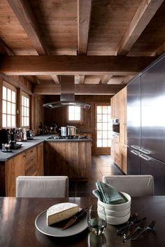L'ancien côtoie le moderne dans la cuisine aménagée - Chic et confort pour un chalet à Chamonix - CôtéMaison.fr