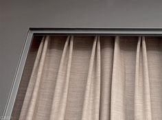 Claridade garantida - Feito de gaze de linho (Donatelli), o modelo foi executado pela Kika Chic. Esse tecido é uma ótima opção para quartos, pois assegura a privacidade sem impedir a entrada de luminosidade. Com barra dupla de 20 cm de altura, rente ao carpete (Santa Mônica), a cortina corre num trilho da marca. Trilho Suisso, fixado ao teto.