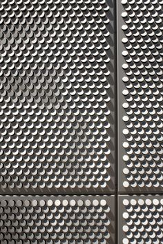 View: http://pinterest.com/pin/486811040942214582/ Fachada Pixelada. Panel metálico perforado y solapado en distintas direcciones. SAIT Parkade / Bing Thom Architects