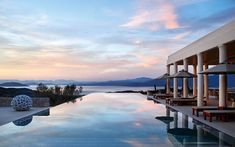 Greece and its constellation of paradise islands is one of the top destinations this summer. There are our 6 favorite spots to stay, from Mykonos to Santorini via Folegandros. Hotel Pool, Hotel Suites, Mykonos, Santorini, Hotels And Resorts, Best Hotels, Shanghai, Greece Hotels, Interiors