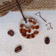 Кулон из ювелирной эпоксидной смолы с мелкими кофейными зернышками. Зерна сорта Эфиопия, именно у этого #кофе такие мелкие симпатичные #зерна.  Размер кулона 3,5 см в диаметре. 450 руб. вместе с доставкой! ✈️ #украшение #кулон #эпоксиднаясмола #Эфиопия #кофеман #носикофе #bunointattobijou #ручнаяработа #авторскоеукрашение #подарок #кофеин #кофейня #люблюкофе #обожаюкофе #кофессобой #бариста #кофеманьяк #чашкакофе #кофевмоскве #вналичии #купитькофе #магазинкофе #handmade #jewelry