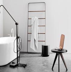 #design3000 Handtuch-Leiter aus pulverbeschichtetem Aluminium und Eichenholz aus der Serie Norm Bath.