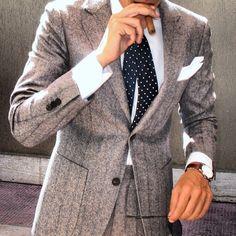 Aunque debe aprender a ponerse la corbata, el conjunto es perfecto