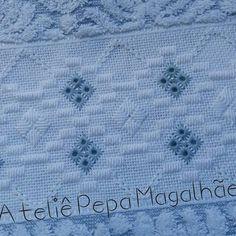 A bondade derruba barreiras,transpõe muros e constrói pontes.... Experimente fazer o bem pra alguém hoje! Toalha de rosto #Karsten #Aline #pontocrivo #pontoreto #criadopormim Bargello, Dress Patterns, Ravelry, Diy And Crafts, Towel, Cross Stitch, Embroidery, Crochet, Blue Towels