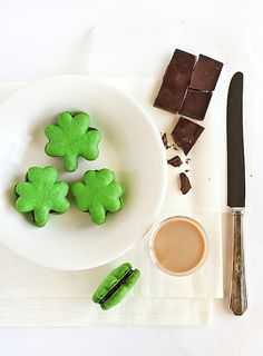Not only are these shamrock macarons adorable (that's a given), but they're also filled with Baileys chocolate ganache. via @stephcookie