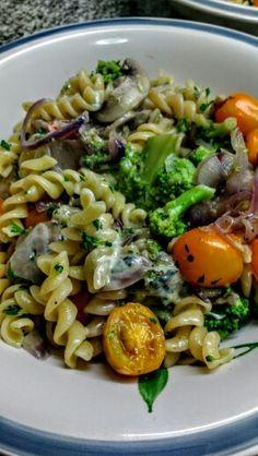 Pasta con brócoli, cebolla colorada, ajo, cherries, hongos y queso azul.