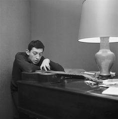 Serge Gainsbourg prend la pose avec une guitare et un piano - Paris - 1963 © Copyright Roger Kasparian