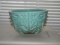 McCoy hanging pot with embossed ivy leaves in turquoise Mccoy Pottery Vases, Weller Pottery, Old Pottery, Roseville Pottery, Vintage Pottery, Pottery Art, Hanging Pots, Hanging Baskets, Ivy Leaf