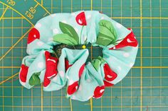 DIY scrunchie haarelastiek - Back to the ⋆ Mama van Dex & Odin - D kramer - Scrunchies How To Make Scrunchies, Brooklyn And Bailey, Sewing Hacks, Sewing Tips, Malu, Wedding Hair Accessories, About Me Blog, Homemade, Holiday Decor
