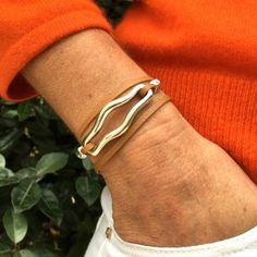 Bracelet lanière cuir et intercalaire courbe en plaqué argent allongée. Double tour de poignet