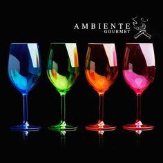 Disfruta de un copa de vino con tu papá este día del padre. Copas de colores de Ambiente Gourmet.