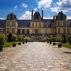 Visiting the Château de Fontainebleau is a great day trip from Paris. #france #fontainebleau #chateau