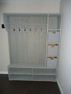 Mooie steigerhouten kapstok kast.  Gemaakt op een paar ideeën van welke Diy Furniture Easy, Diy Furniture Projects, Home Projects, Diy Wooden Projects, Wooden Diy, Storage Shelves, Locker Storage, Pallet Pantry, Mudroom