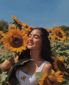 ⁂andrea brillantes icon⁂ saved/used=save pin Hipster Vintage, Style Hipster, Portrait Photography Poses, Creative Photography, Portraits, Sunflower Field Pictures, Sunflower Pics, Sunflower Field Photography, Instagram Pose