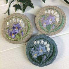 スズランとスミレのブローチ#handmade #刺繍 #embroidery #すみれ #すずらん