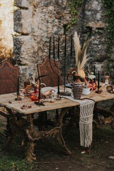 Exquisite reception table with copper accents, black candles,, and a macrame runner | Image by Hugo Coelho Fotografia