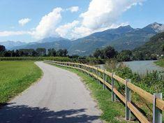 Il sentiero Valtellina da Tirano a Sondrio collega le due città in 27 km. Si parte dalla stazione ferroviaria di Tirano, per poi costeggiare l'Adda.