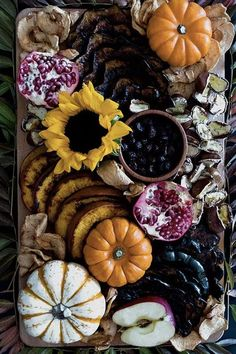 15 Drop-Dead-Gorgeous Charcuterie Boards to Elevate Your Dinner Party Meat Appetizers Appetizers Appetizers keto Appetizers parties Appetizers recipes Healthy Halloween, Halloween Dinner, Halloween Desserts, Halloween Appetizers, Thanksgiving Appetizers, Halloween Horror, Halloween Halloween, Halloween Decorations, Dinner Party Menu