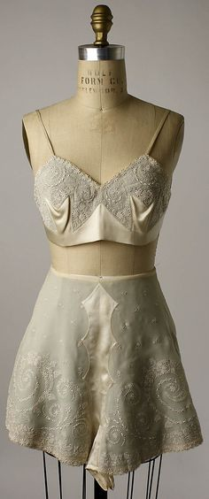 Embroidered silk tap pants and bra, Chinese, early Worn by Mrs. Herbert Sage Mesick (part of a lingerie set, with slip and nightgown). (via The Metropolitan Museum of Art - Lingerie) 20s Fashion, Moda Fashion, Fashion History, Vintage Fashion, Gothic Fashion, Fashion Ideas, Edwardian Fashion, Lingerie Vintage, Vintage Underwear
