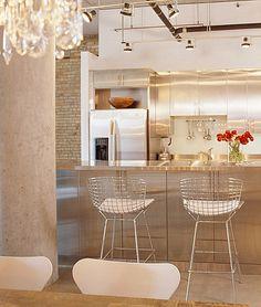 moderne einrichtungsideen edelstahl küche kücheninsel warme farben