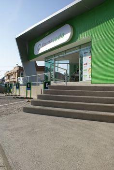 El predio colinda con una plaza comercial y se conecta a ella por un corredor perimetral que remata en un espacio de descanso para clientes y peatones de la zona. De esta manera el proyecto logra generar una pequeña pieza de espacio público en la ciudad.