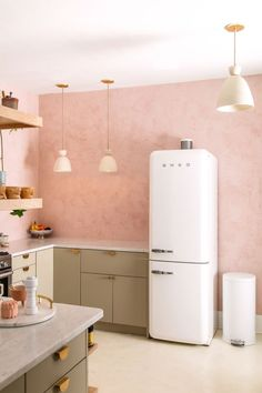Traditional decor Retro home decor white cabinets, Retro home decor checkered floors, Retro home decor urban outfitter. Green Cabinets, White Cabinets, Home Interior, Kitchen Interior, Retro Interior Design, Copper Interior, Interior Colors, Retro Home Decor, Modern Decor