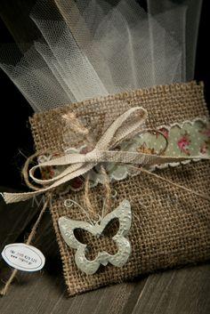 Μπομπονιέρες βάπτισης για κορίτσι φακελάκι λινάτσας με φλοράλ κορδέλα και μεταλλική πεταλούδα