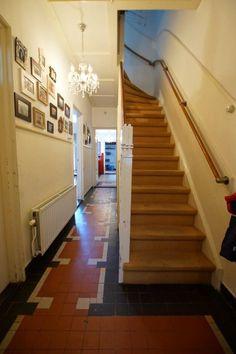 Jaren30woningen.nl   Authentieke vloertegels in deze jaren 30 woning in Tilburg Art Deco Design, Art Nouveau, New Homes, Stairs, Hallway Ideas, Interior Ideas, Inspiration, Bathroom, Home Decor