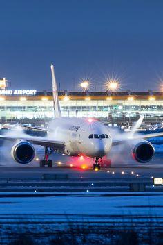 Night flight - Boeng 787 at Helsinki airport.